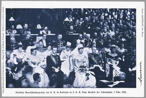 De huwelijksinzegening van prins Hendrik en koningin Wilhelmina. Links van de bruid haar moeder koningin Emma en Hendriks neef groothertog Frederik Frans IV van Mecklenburg-Schwerin, rechts van de bruidegom zijn moeder Marie