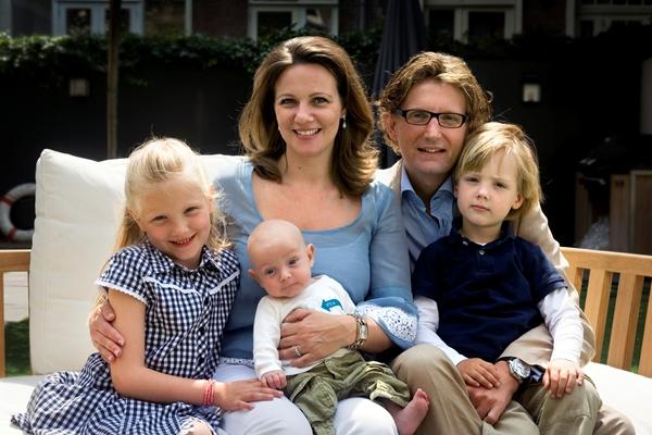 Prins Bernhard junior, zijn vrouw Annette Sekrève en hun kinderen Isabella, Samuel en Benjamin in 2008 (RVD)