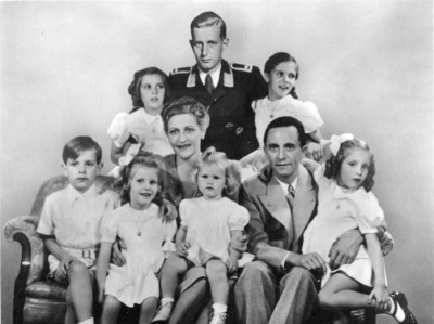 Vooraan Helmut, Hedwig, Magda, Heidrun, Joseph en Holdine Goebbels; achteraan Hildegard Goebbels, Harald Quandt en Helga Goebbels.