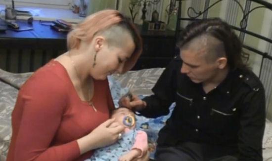 Natalja en Konstantin met hun zoontje Ljoetsifer (screenshot Russia Today)